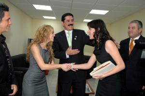 Aquí cuando La Pichu conoció a Shakira y a Alejandro Sanz en un evento celebraado en El Salvador hace unos meses.