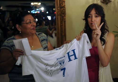 Flor Guevara, madre de Amado, cuando entregaba la camiseta a La Pichu