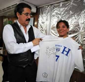 El presidente Zelaya y su esposa, Xiomara, cuando mostraban la camiseta de la polémica